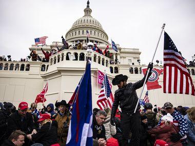 Manifestantes pro-Trump irrumpieron el miércoles en la sesión conjunta de legisladores para confirmar el triunfo de Joe Biden en las elecciones presidenciales, en el Capitolio de Washington D.C.