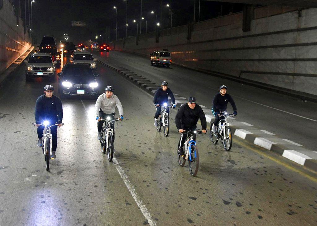 El presidente egipcio Abdel-Fatá el-Sisi, tras pedirle a la población que haga lo necesario para perder peso, va en bicicleta a la sede de la academia militar en El Cairo el 16 de diciembre del 2018.  (Foto suministrada por la Presidencia de Egipto vía  AP)