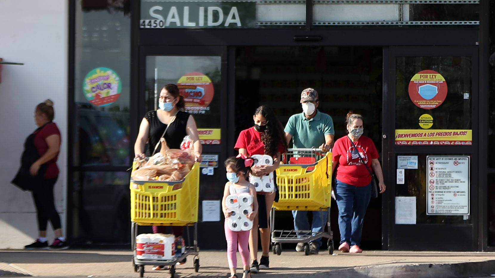 Latino family with their purchases at the El Rancho supermarket, in Dallas, on July 14, 2020. (Photo Omar Vega/Al Dia Dallas)