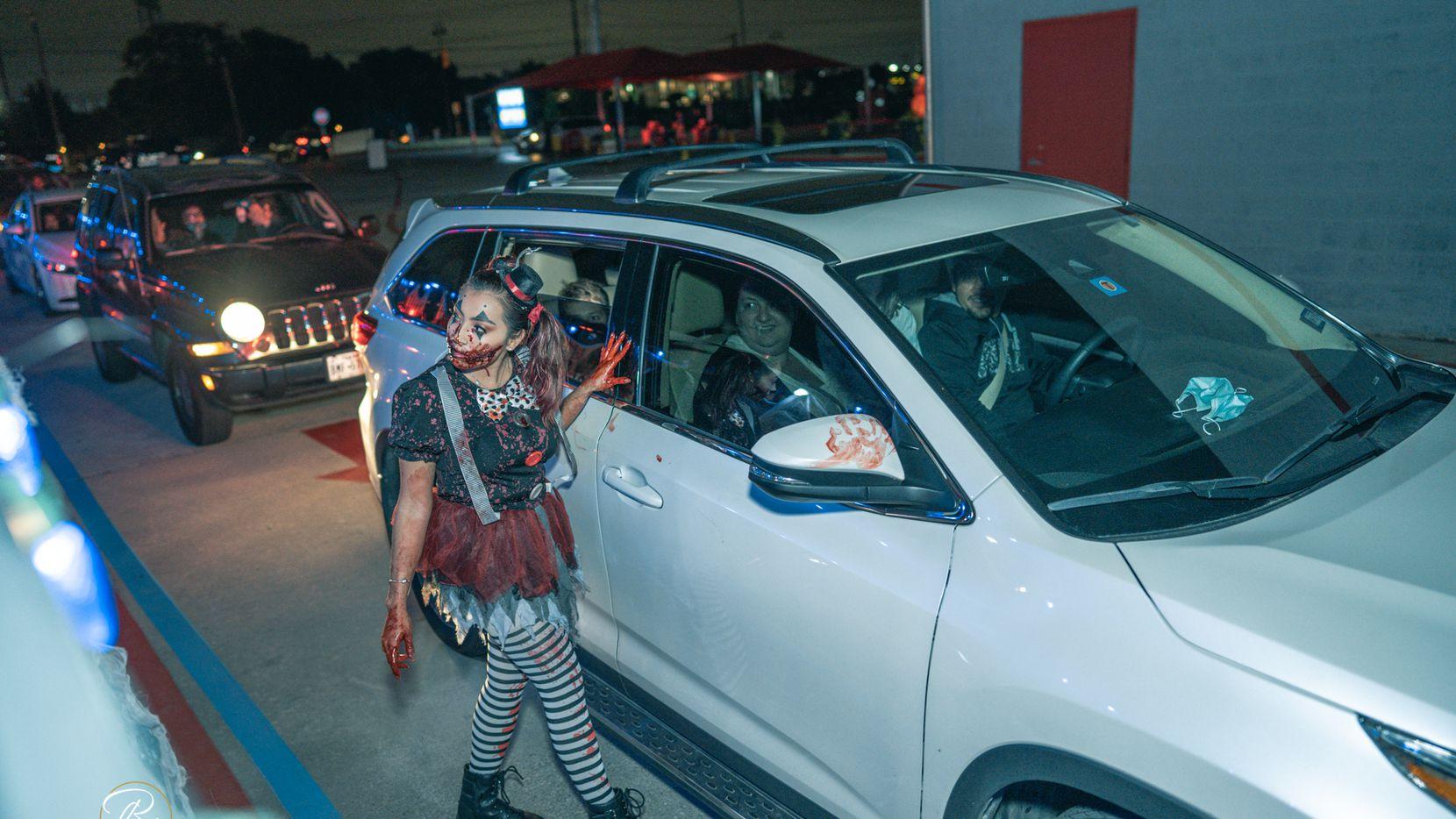 """El Wash Guys Car Wash de Dallas se ha transformado para la temporada de Halloween. Para su evento """"Tunnel of Terror"""" el personal lava y asusta a sus clientes."""