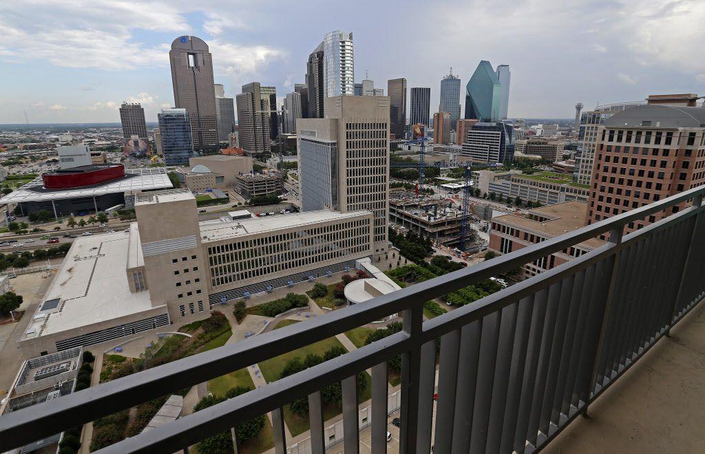 La vista desde un penthouse en The Jordan una de las torres de apartamentos de lujo que proliferan en Dallas.