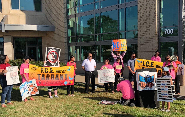 Manifestantes protestan contra la visita del sheriff Joe Arpaio a Arlington, a las afueras del tribunal de Justicia del Condado de Tarrant. Foto: Cortesía Angélica Escobedo de la Coalición ICE Out of Tarrant.
