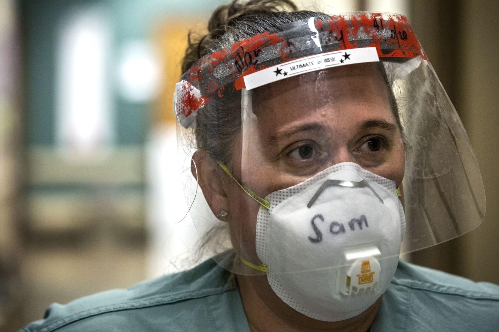 Samantha Rowley supervisa la Unidad de Cuidad Táctico para pacientes de covid-19 en el Hospital Parkland.