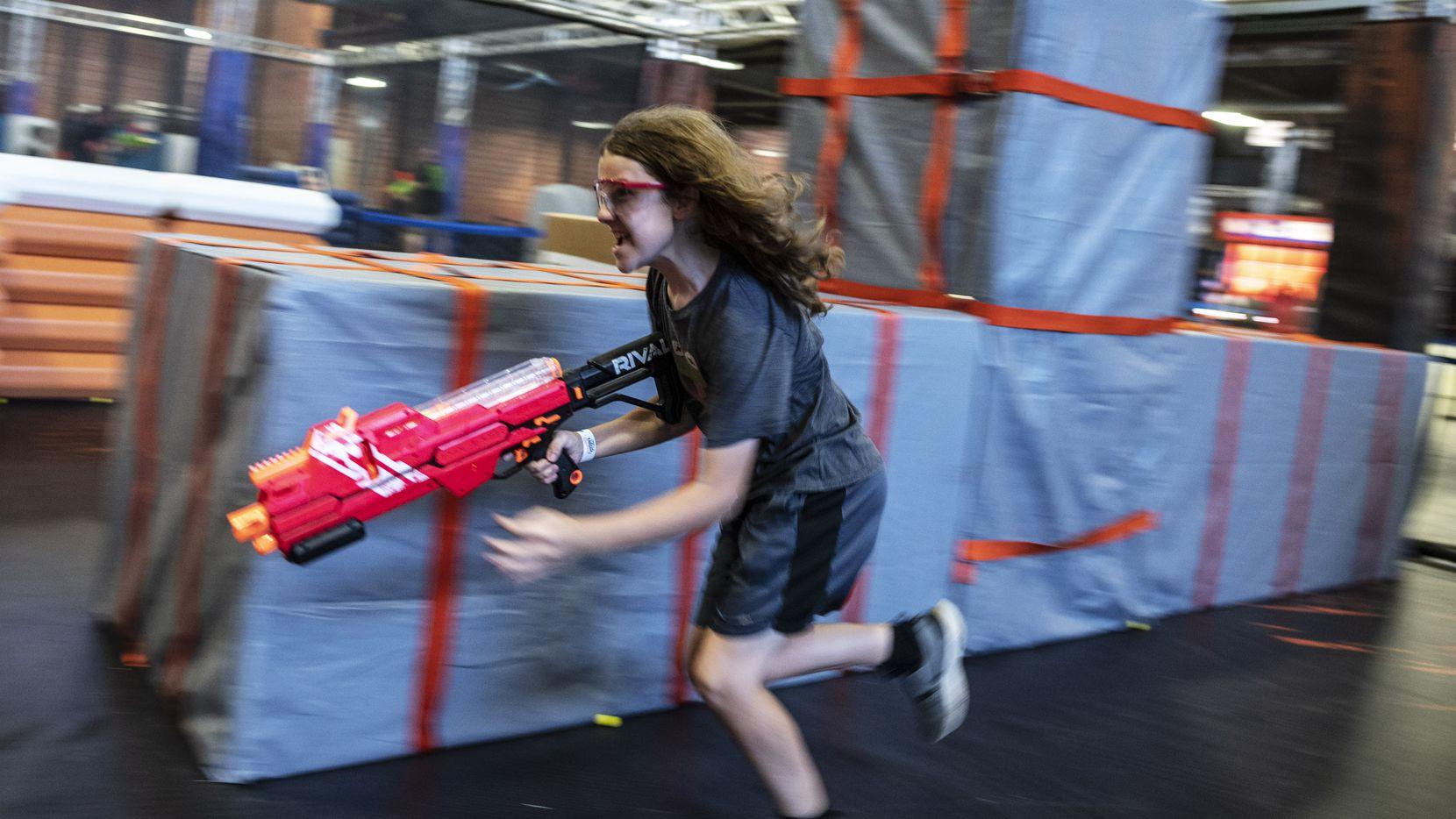 Kellen Hoss corre durante una batalla de juego de pistolas Nerf en el Nerf Challenge en Fair Park de Dallas, el 11 de junio de 2021.
