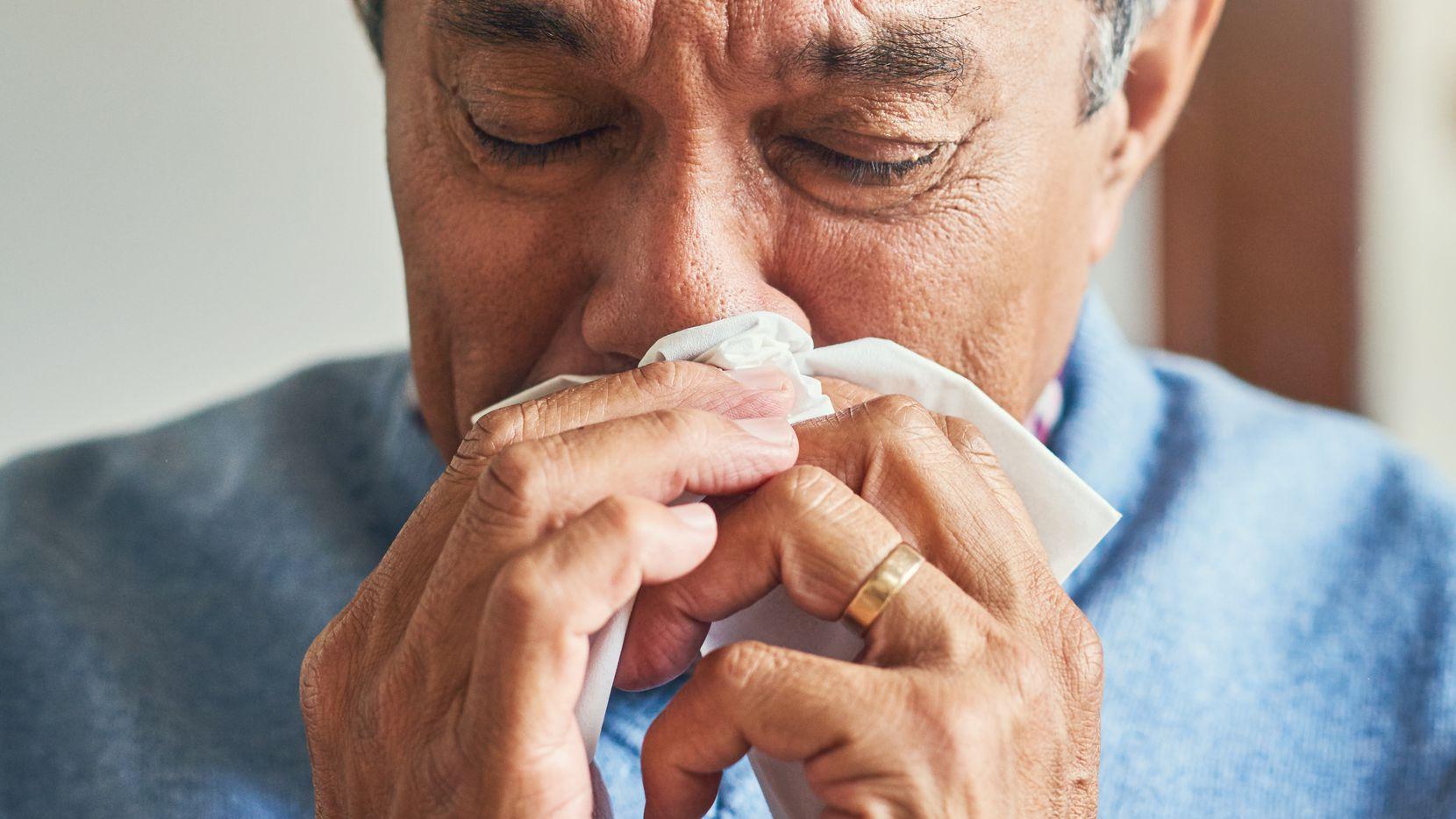 Un hombre mayor con síntomas de gripa.