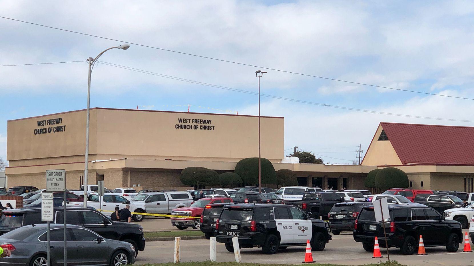 Varias agencias del orden llegaron a la iglesia en White Settlement donde ocurrió un tiroteo.
