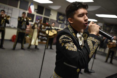 Eddie Rodríguez, 17, canta durante un ensayo del Mariachi Sol Azteca en Grand Prairie Fine Arts Academy el 17 de enero, 2019. (Ben Torres / Especial para Al Día)
