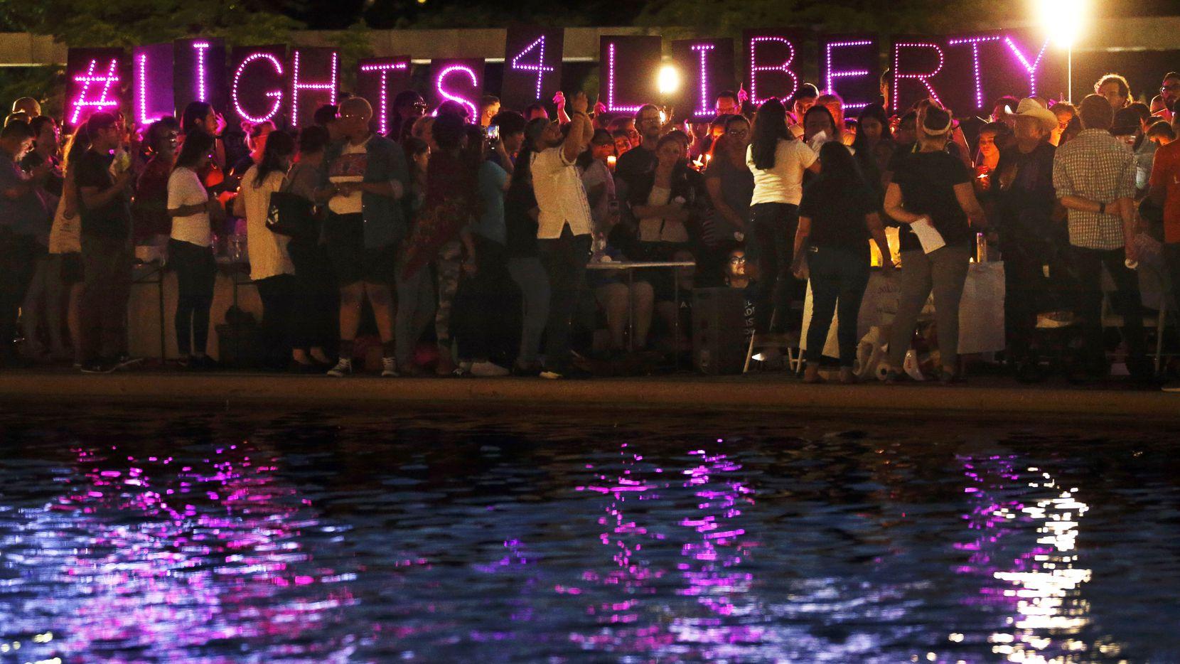 Decenas de personas se reunieron en el centro de Dallas para participar en la vigilia Lights4Liberty, el viernes en la noche.