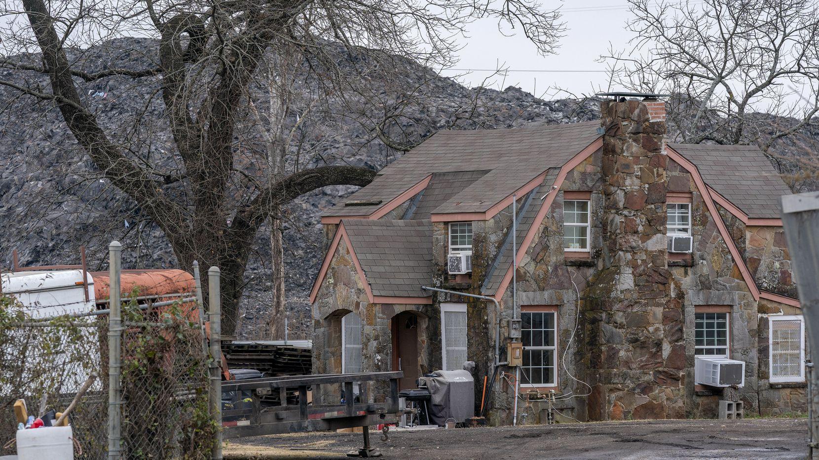 La acumulación de desechos de techado conocida como Shingle Mountain supera en tamaño a una casa en el sur de Dallas. El jueves empezaron a retirar los escombros.