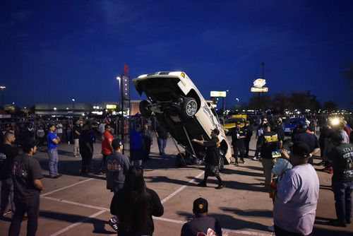 Un auto nombrado Mala Suerte compite en un torneo de rebotes durante la reunión After Hop, afuera del restaurante Hooters en Grand Prairie, el domingo. (Por BEN TORRES/ESPECIAL PARA AL DÍA)
