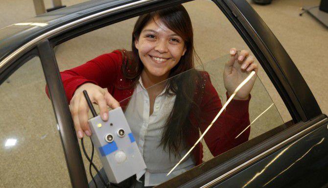 Nancy Dominguez, alumna de la Universidad de Texas en Dallas, muestra el sensor que inventó durante su pasantía en AT&T. (DMN/MICHAEL AINSWORTH)