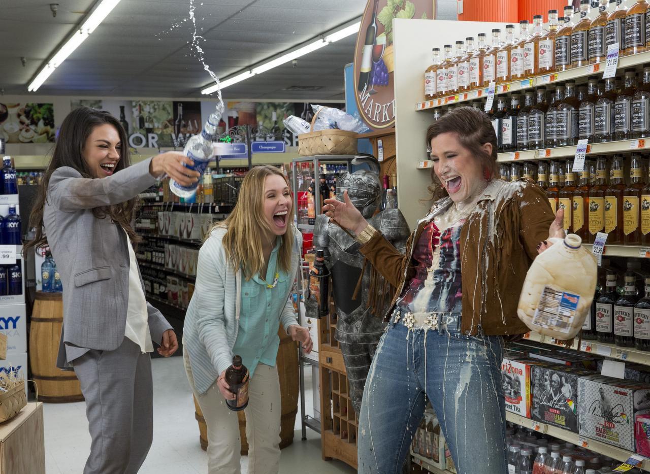 """, Mila Kunis, Kristen Bell y Kathryn Hahn en una escena de la cinta """"Bad Moms"""". (AP/Michele K. Short)"""