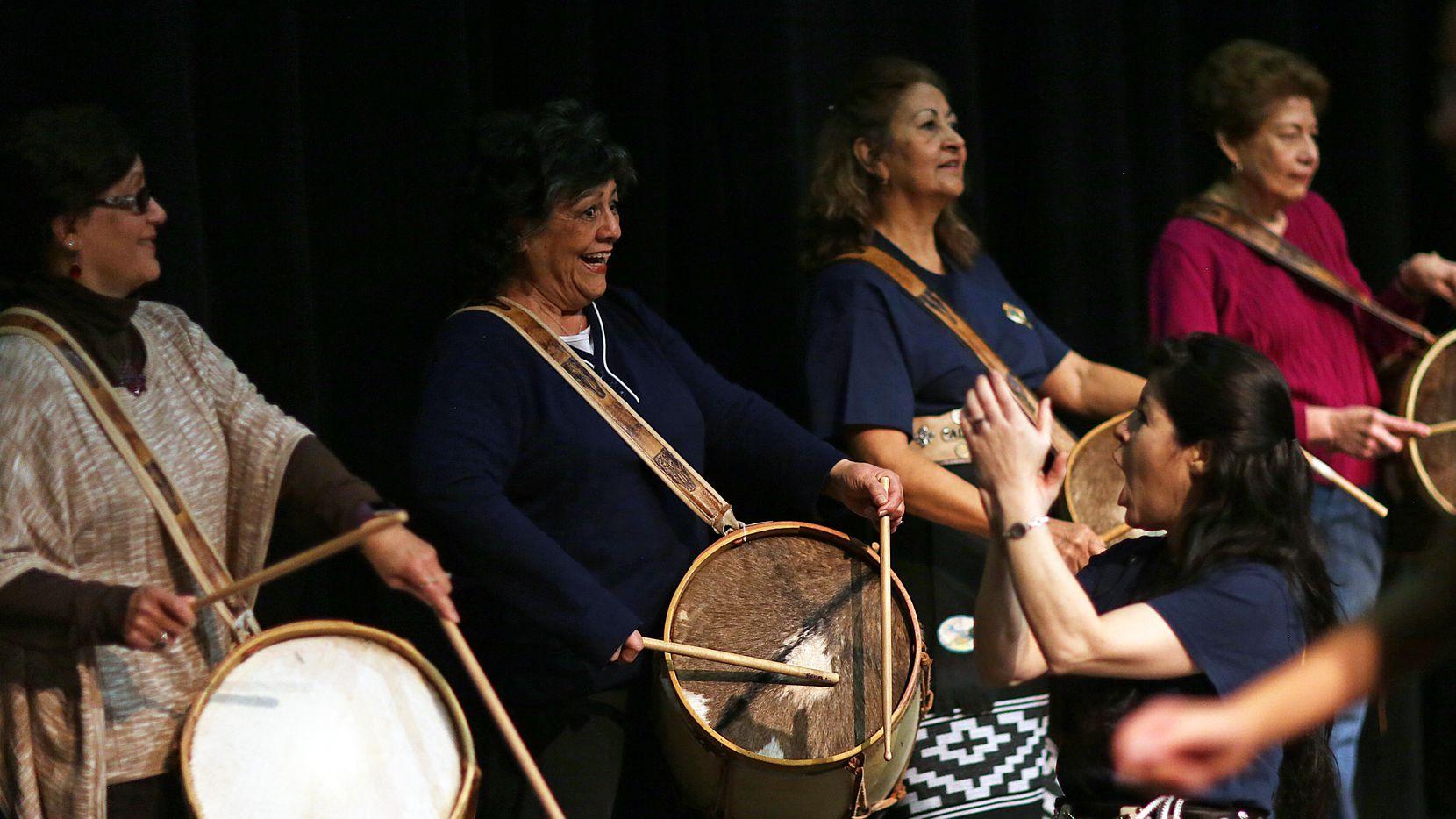 Lidia López (der.) dirige la clase de folklore argentino en el Centro Cultural Latino.(Foto de Omar Vega/Especial para Al Dia)