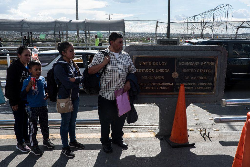 Migrantes esperan en el Puente Paso del Norte en Ciudad Juárez, Chihuahua. Un creciente número de mexicanos se están sumando a los solicitantes de asilo que huyen de la violencia.