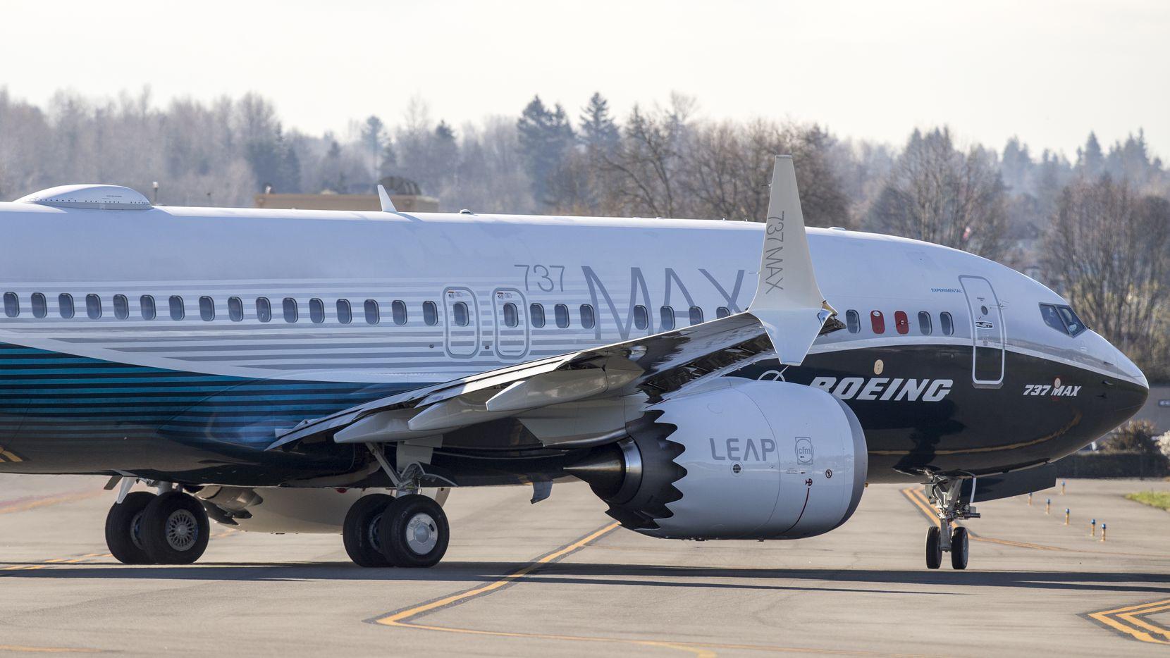 Una nave Boeing 737 Max 7 sale de la fábrica en Renton, Washington, en 2018.