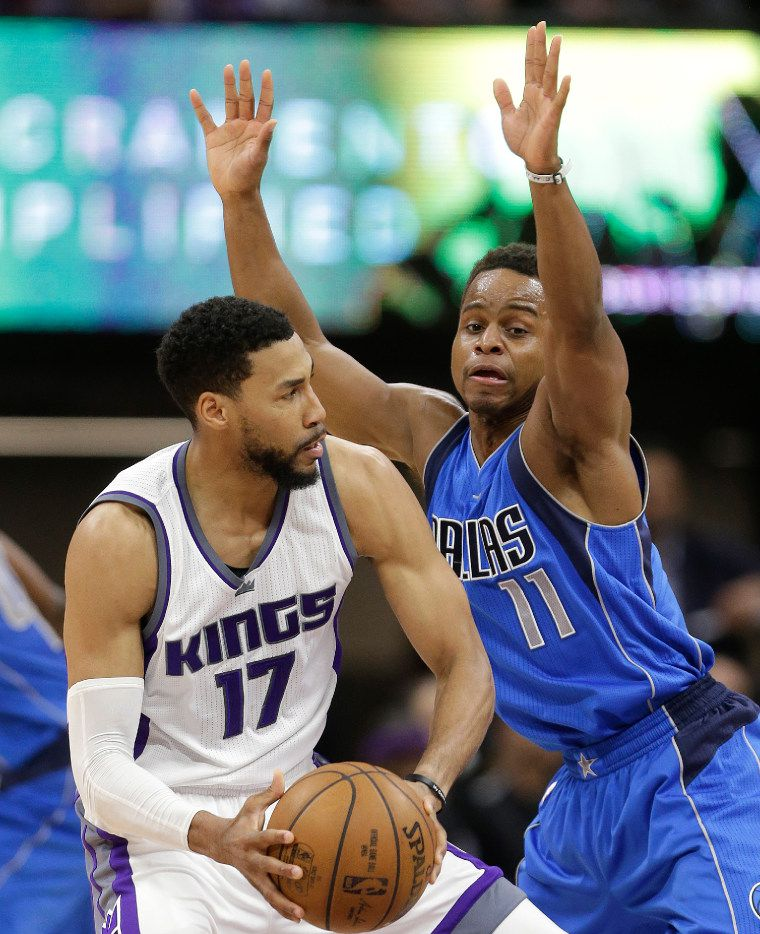Sacramento Kings guard Garrett Temple, left, looks to pass against Dallas Mavericks guard Yogi Ferrell during the first half of an NBA basketball game Tuesday, April 4, 2017, in Sacramento, Calif. (AP Photo/Rich Pedroncelli)