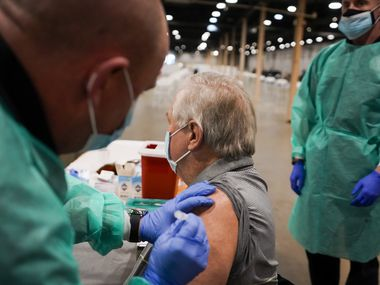 A partir de este lunes, el megacentro de vacunación de Fair Park, en Dallas, abrirá de lunes a sábado de 8 a.m a 5 p.m. para vacunar diariamente a cientos de personas contra covid-19.