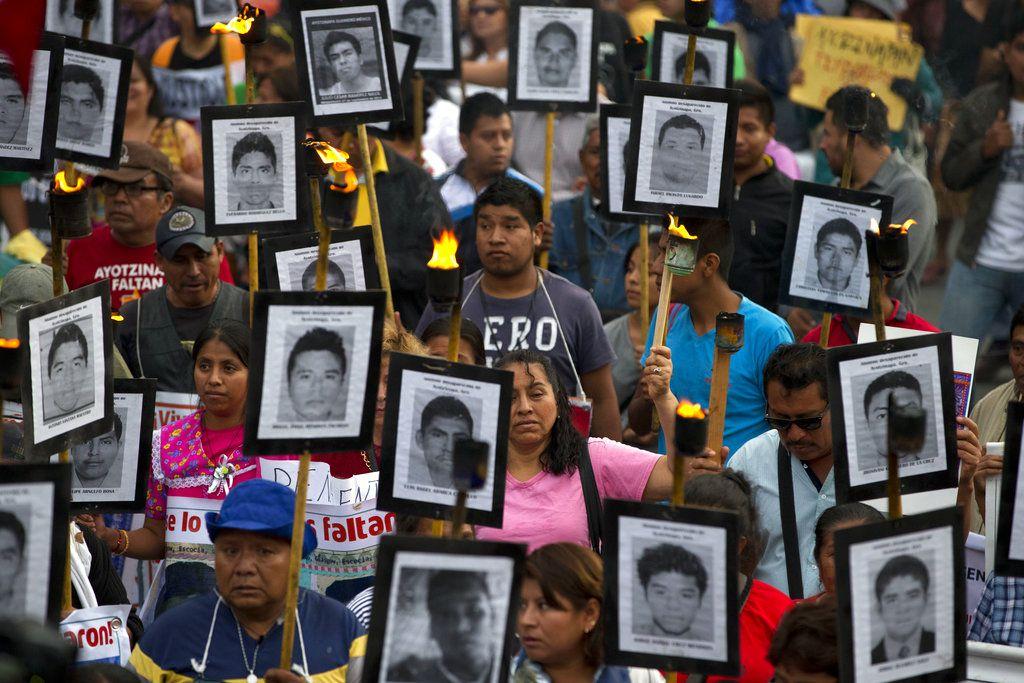 RCHIVO – En esta foto de archivo del 26 de abril de 2016, familiares de los 43 estudiantes desaparecidos de la Normal Rural de Ayotzinapa marchan en la Ciudad de México. La investigación oficial por la desaparición en 2014 volvió a ser cuestionada. Ahora, la ONU dice que está basada en declaraciones obtenidas bajo tortura y pide anular los testimonios. (AP Foto/Rebecca Blackwell, Archivo)