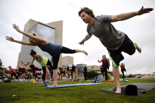 El sábado 31 de agosto se podrá tener una clase de yoga gratuita en todo Dallas.   DMN