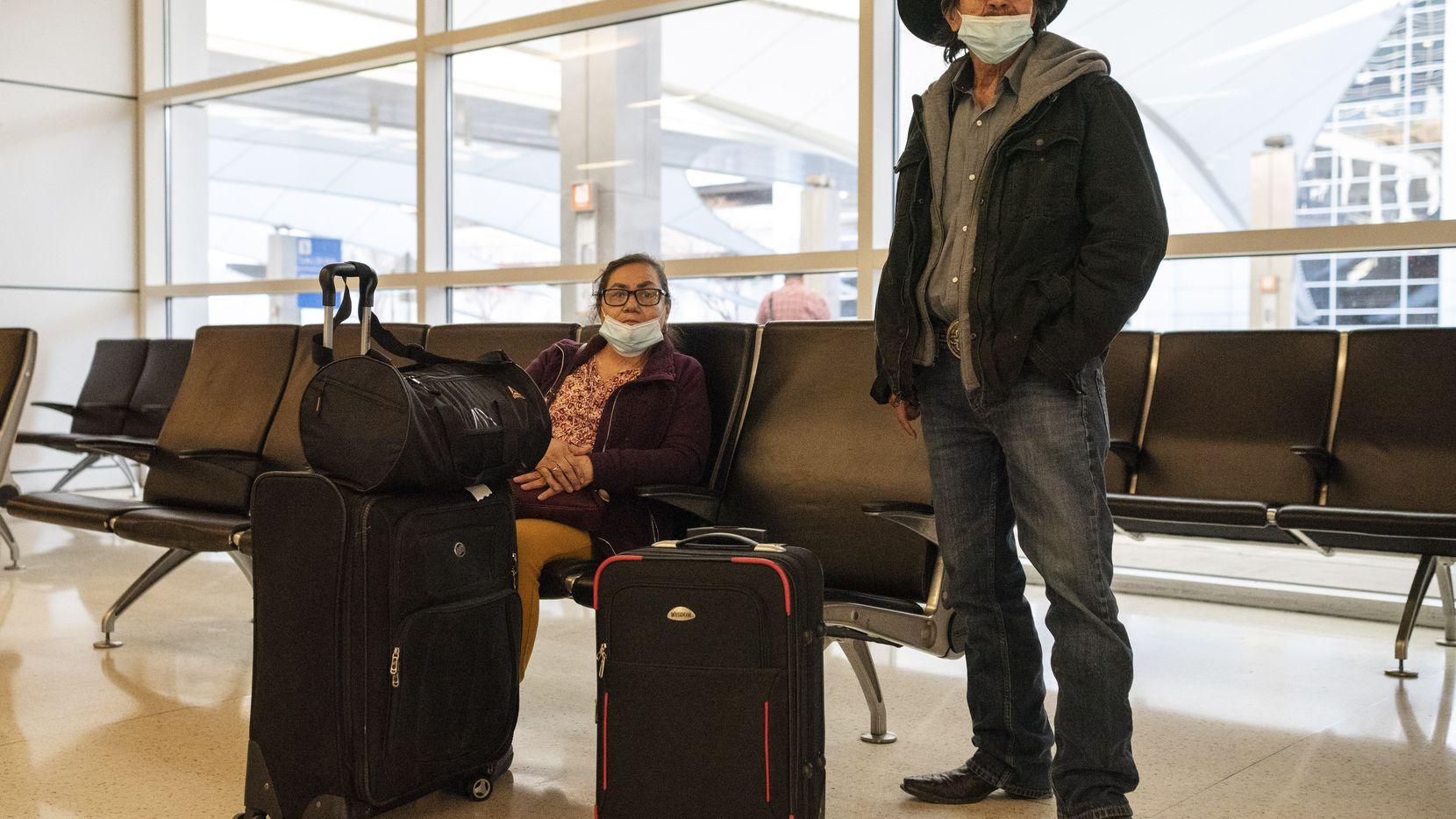Margarita y Pedro Navarro viajaron de Guadalajara, México, al aeropuerto de Dallas-Fort Worth la mañana del 26 de enero. Antes de abordar su vuelo de American Airlines, tuvieron que tomar una prueba en el aeropuerto de Guadalajara, en un stand que un laboratorio privado instaló en el sitio.
