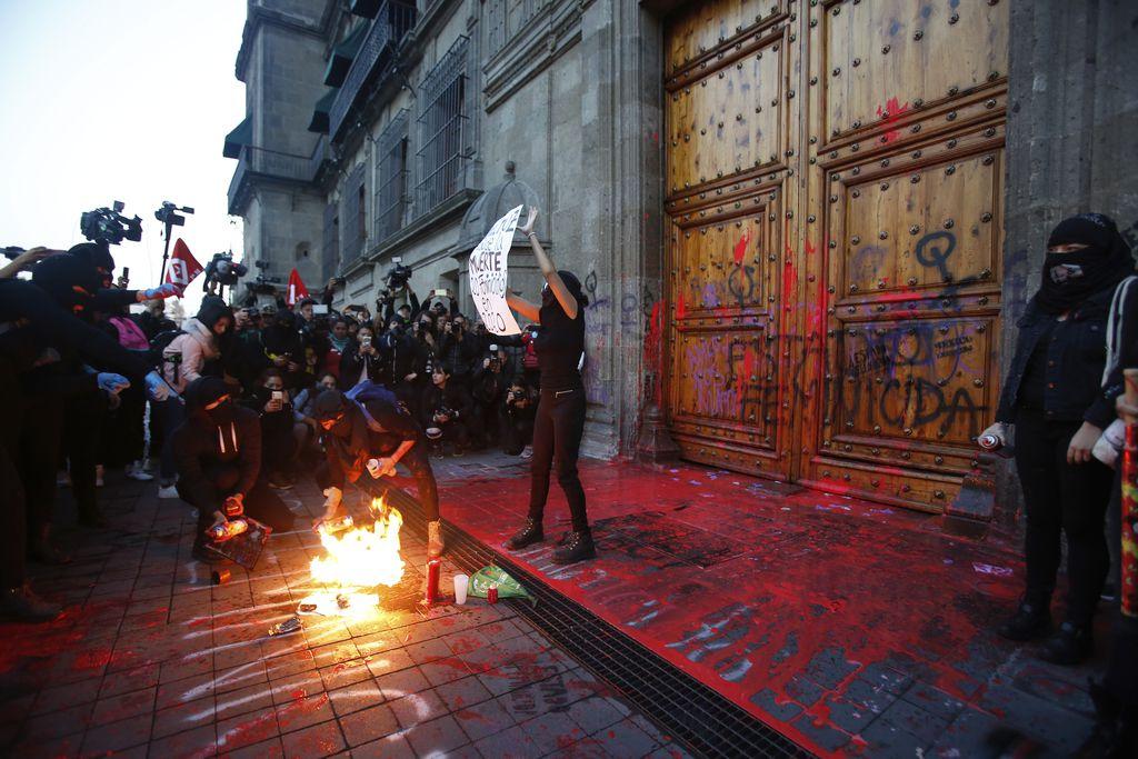 El viernes se realizó una protesta por la macabra muerte de Ingrid Escamilla. La protesta llegó hasta el Palacio Nacional en la Ciudad de México, sede del gobierno mexicano.