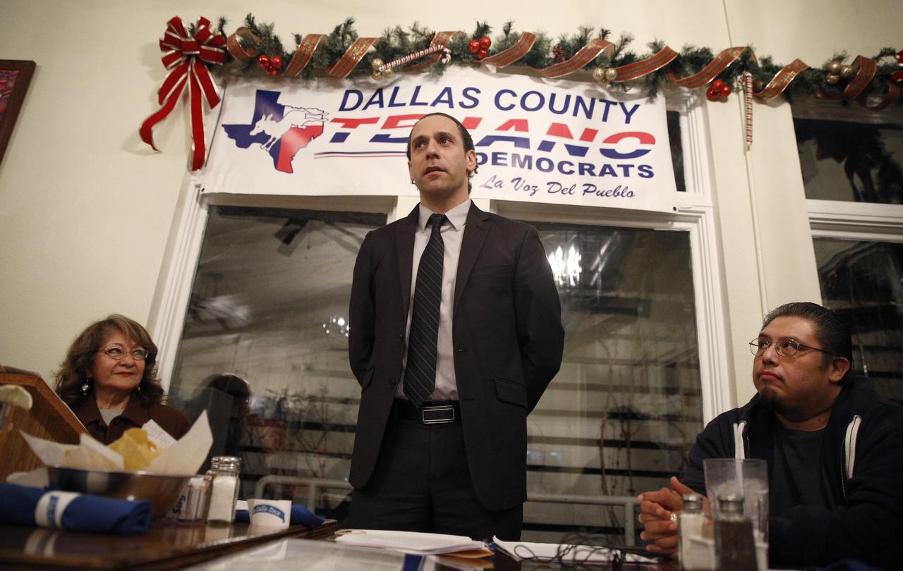 Khraish Khraish (centro), polémico rentero de West Dallas, se reunió con Tejano Democrats esta semana en La Calle Doce. A la derecha, Frances Rizo y a la izq. Raúl Reyes, representante de los vecinos de Los Altos. (DMN/NATHAN HUNSINGER)