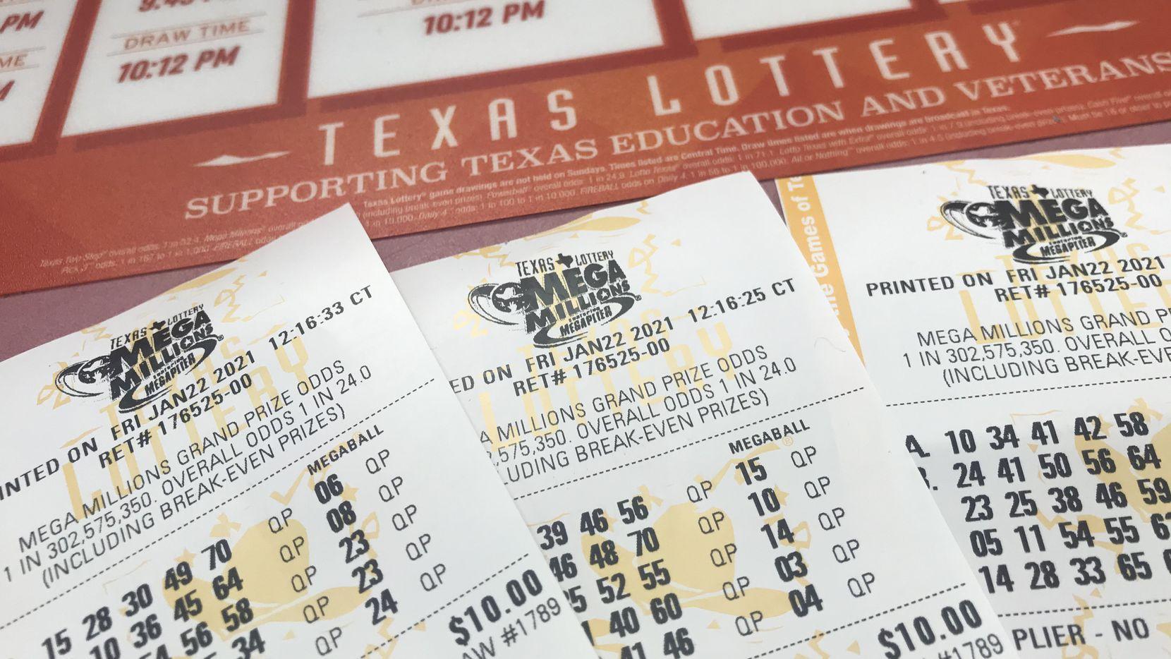 Boletos para el sorteo de Mega Millions con un premio mayor de $1,000 millones.