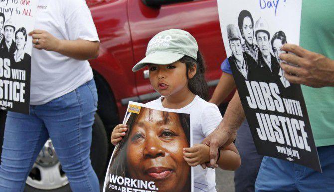 Más de 100 trabajadores y sus familias marcharon en el sur de Dallas durante el Día del Trabajo para exigir mejores salarios. (DMN/LOUIS DeLUCA)