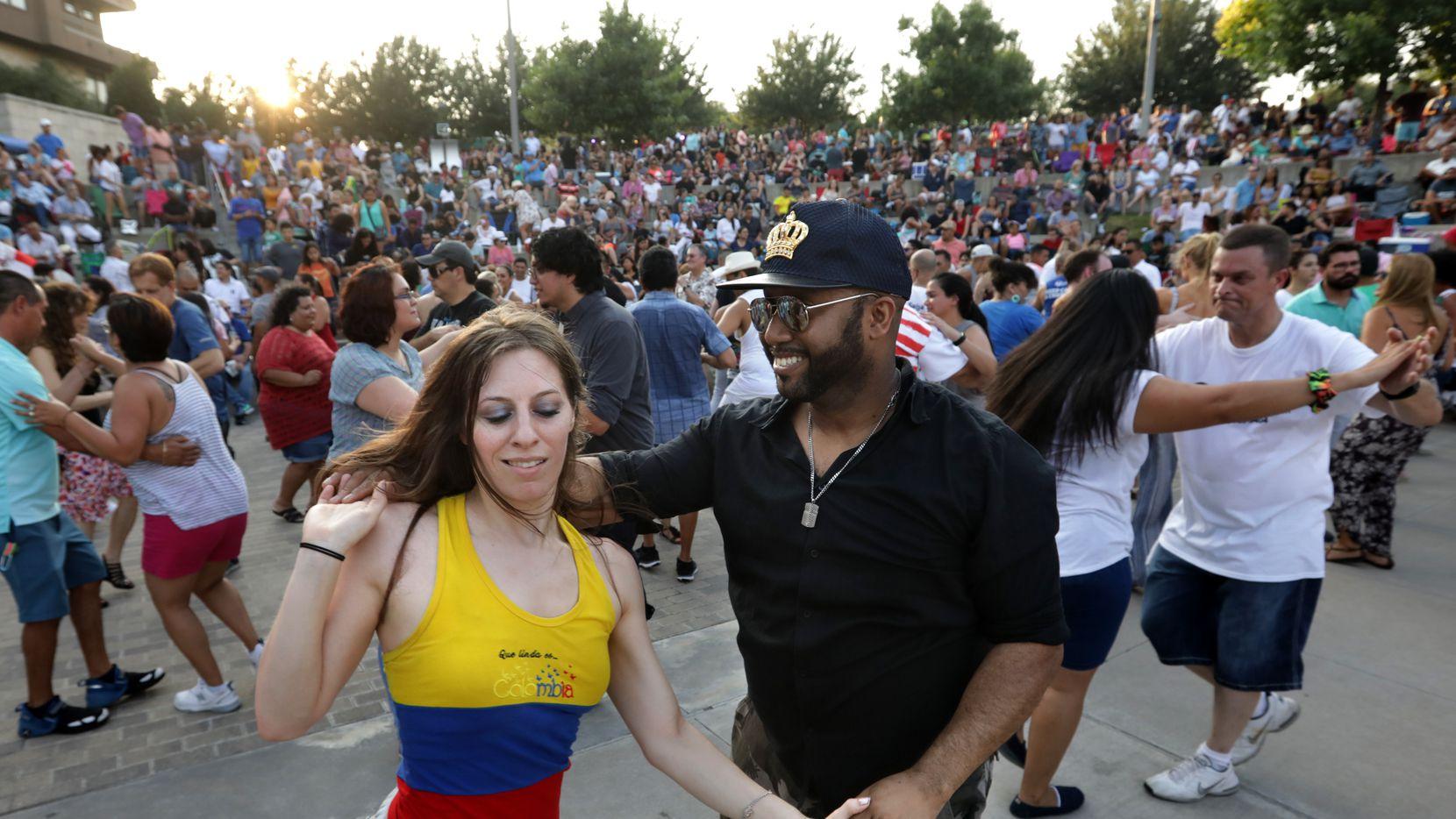 El Vitruvian Salsa Festival se realiza los veranos en el Vitruvian Park en Addison.