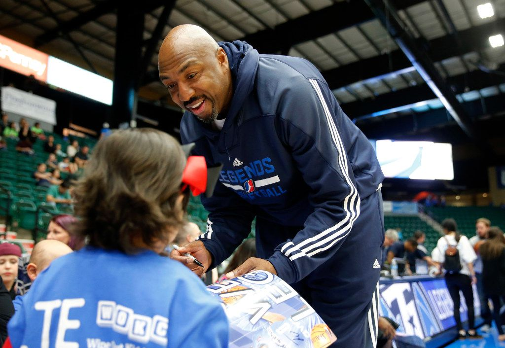 Joselyn Iniguez, 7 of Bridgeport gets an autograph from  former NBA star, Vin Baker, a coaching intern with the Texas Legends of the NBA developmental league before a game against the Iowa Energy at Dr. Pepper Arena in Frisco, on Saturday, February 11, 2017. (Vernon Bryant/The Dallas Morning News)