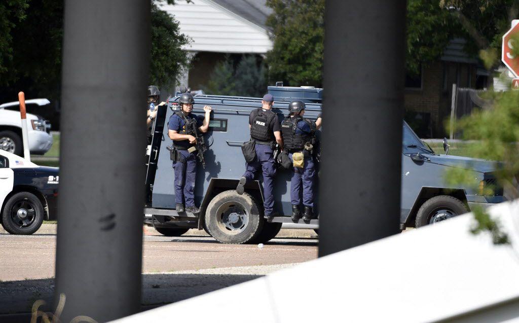 El equipo de tácticas de la policía, conocido como SWAT, se encarga de la negociación de sospechosos atrincherados. El lunes, la policía de Bedford debió recurrir a su trabajo para el arresto de un sospechoso atrincherado en una gasolinería de la ciudad.