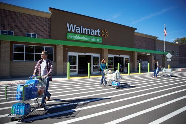 Un sospechoso de robo aparece en las imágenes de video de seguridad del Walmart Neighborhood Market de Uptown Dallas.