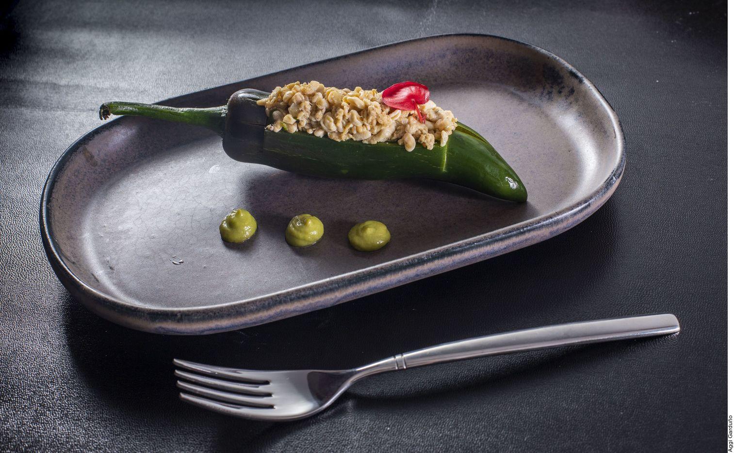 El chile jalapeño relleno de escamoles se logra al calentar el vinagre con las hierbas a fuego bajo. Agregar la cebolla y el ajo. Antes de hervir, incorporar los chiles y cocinar por 7 minutos