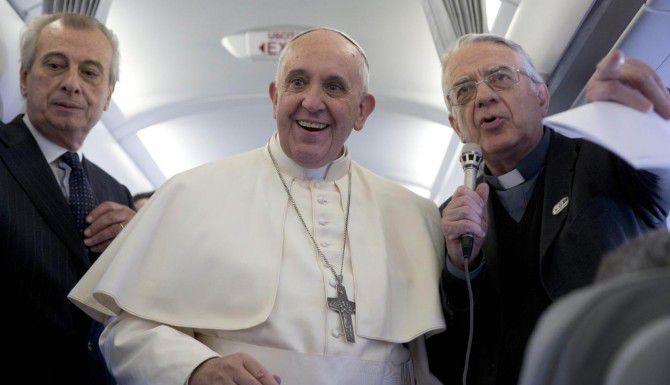 El papa Francisco a bordo del avión de Alitalia que utiliza para sus viajes. (AP/ANDREW MEDICHINI)