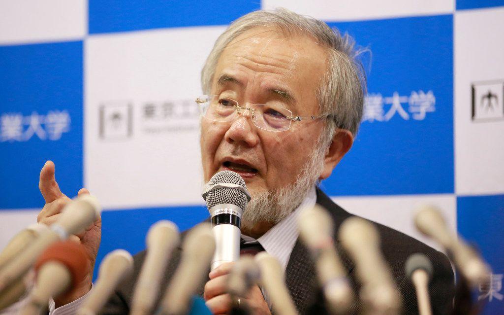 Yoshinori Ohsumi ofreció comentarios durante una rueda de prensa en Estocolmo.
