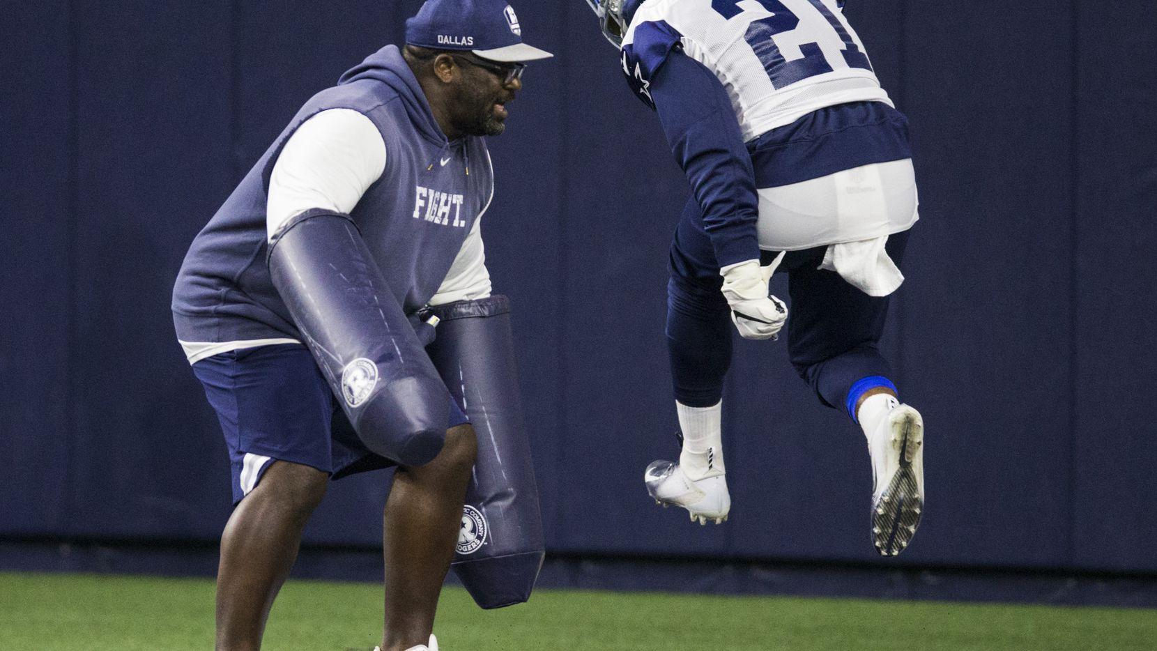 La demanda dice que en el lugar del accidente del corredor de los Dallas Cowboys Ezekiel Elliott (21) llegó el entrenador de running backs coach Gary Brown.