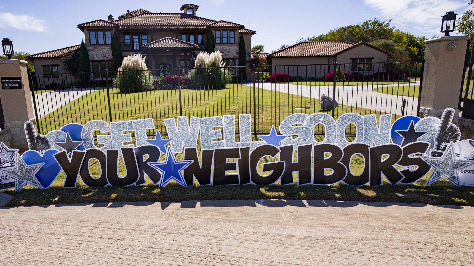 Letrero de apoyo que los vecinos de DaK Prescott colocaron afuera de la casa del mariscal de los  Dallas Cowboys.