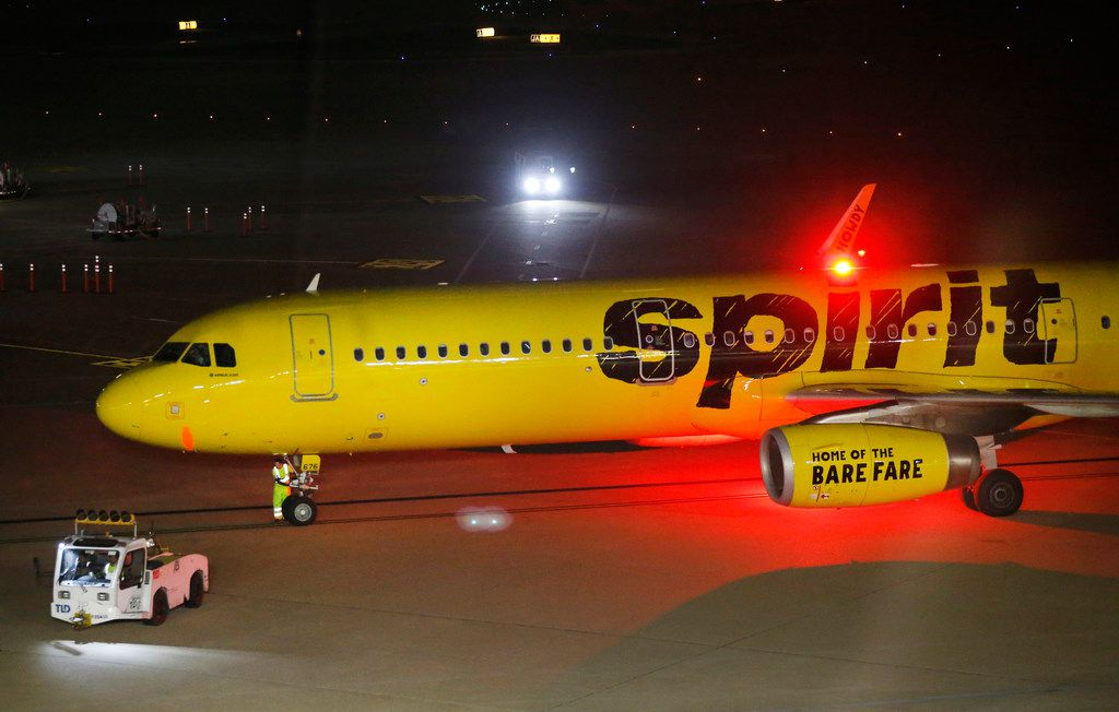 Un avión de Spirit Airlines en la plataforma de despegue de Dallas-Fort Worth International Airport.
