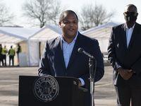 El alcalde de Dallas, Eric Johnson, dio una rueda de prensa el jueves durante la apertura de un nuevo centro de vacunación en The Potter's House Church. El regidor de la ciudad firmó una orden de emergencias para requerir el uso de mascarillas en respuesta al fin del mandato estatal impulsado por el gobernador Greg Abbott.