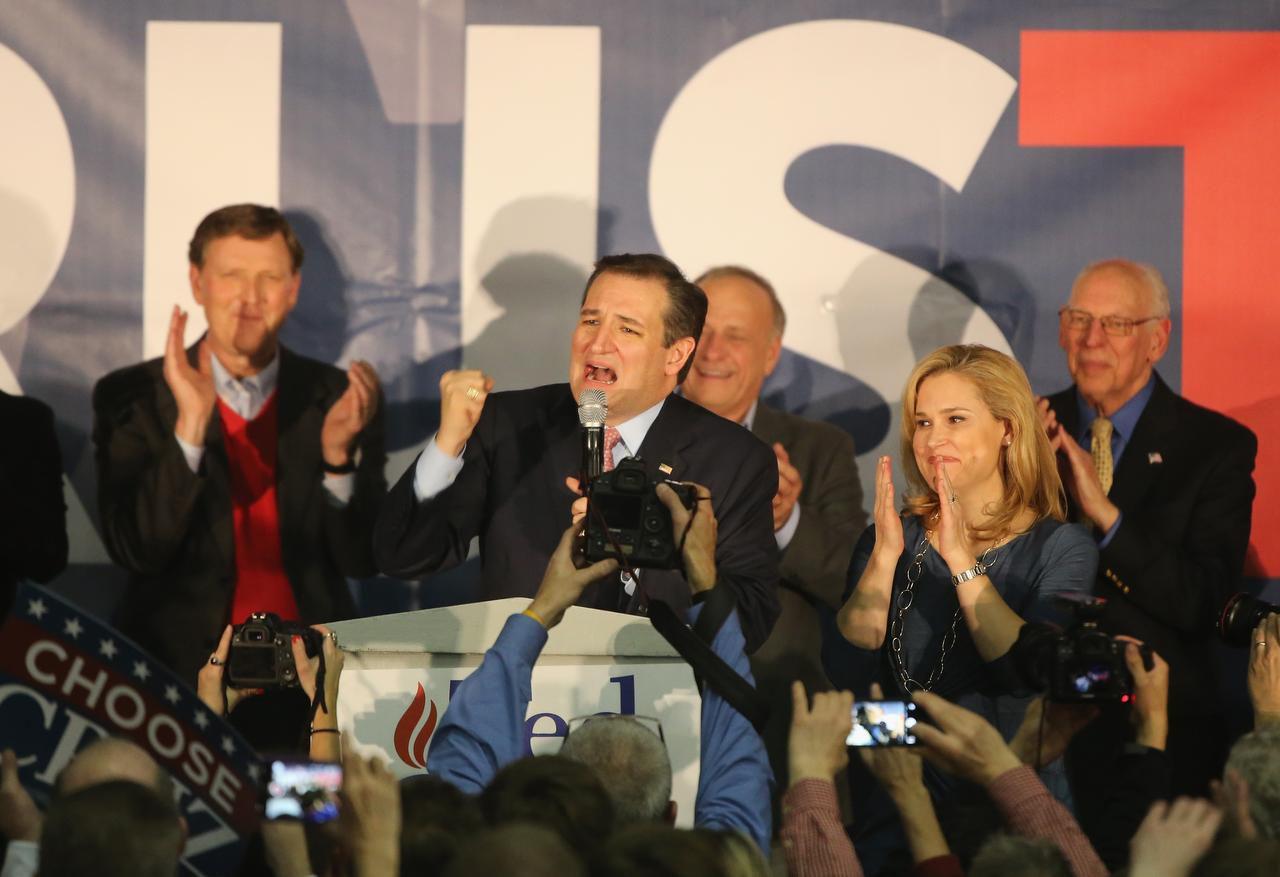 Ted Cruz festeja su triunfo en las asambleas partidarias de Iowa. (GETTY IMAGES/CHRISTOPHER FURLONG)