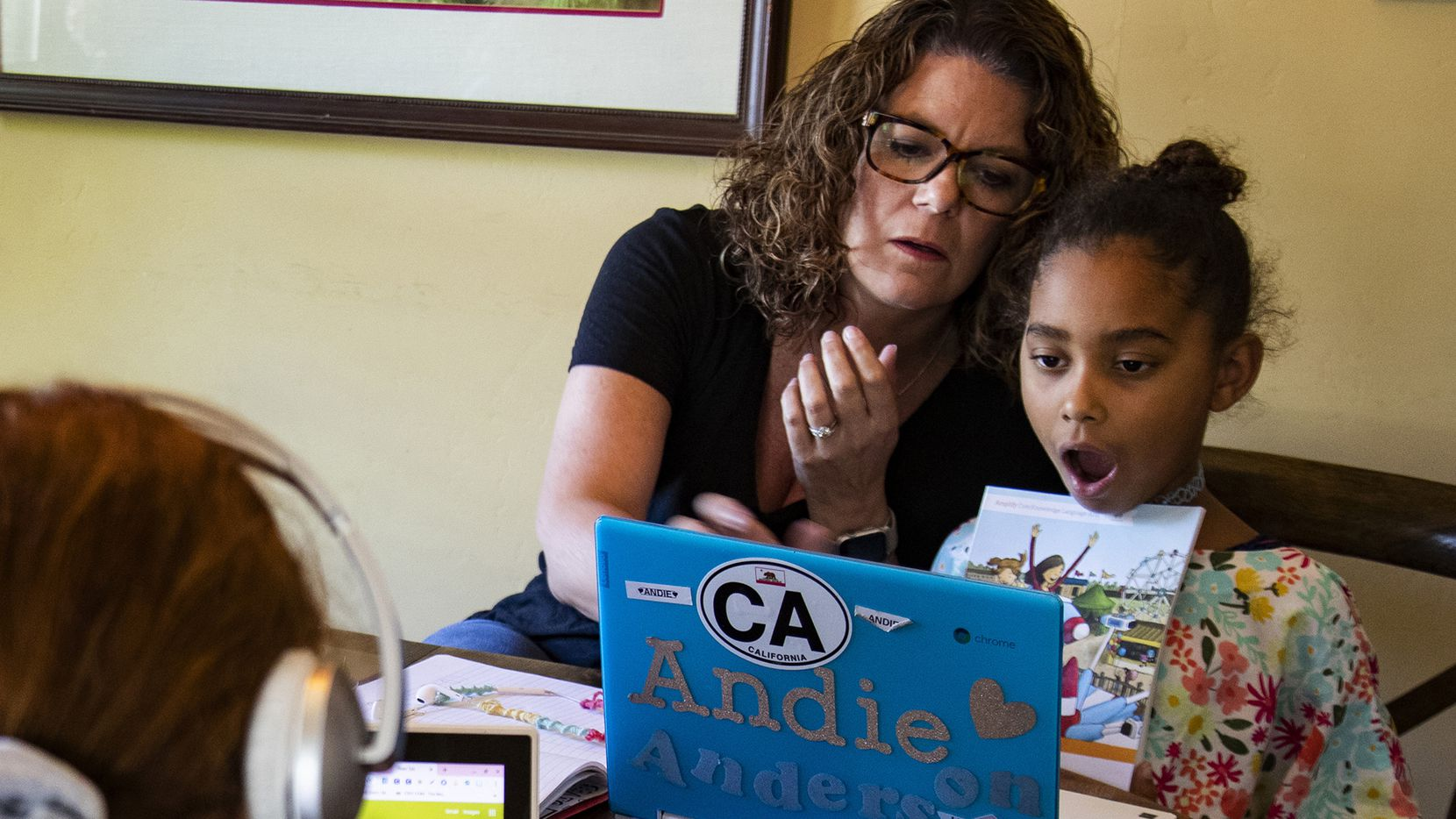 Kristen Bristow, una exmaestra, da clases en casa a sus hijas Andie, de 6 años y Kat, de 12, en Riverside, Calif. Con la pandemia ha aumentado el interés por la educación en casa.