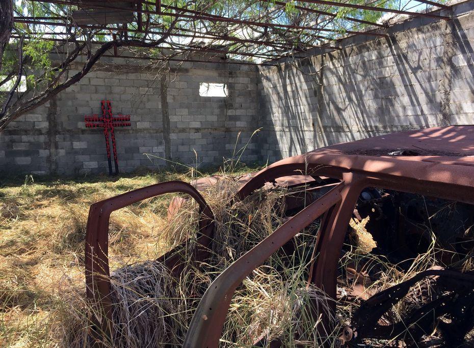 Grupos defensores de migrantes colocaron una cruz contra la pared de la propiedad donde los cadáveres de 72 migrantes fueron encontrados asesinados, en San Fernando, México.