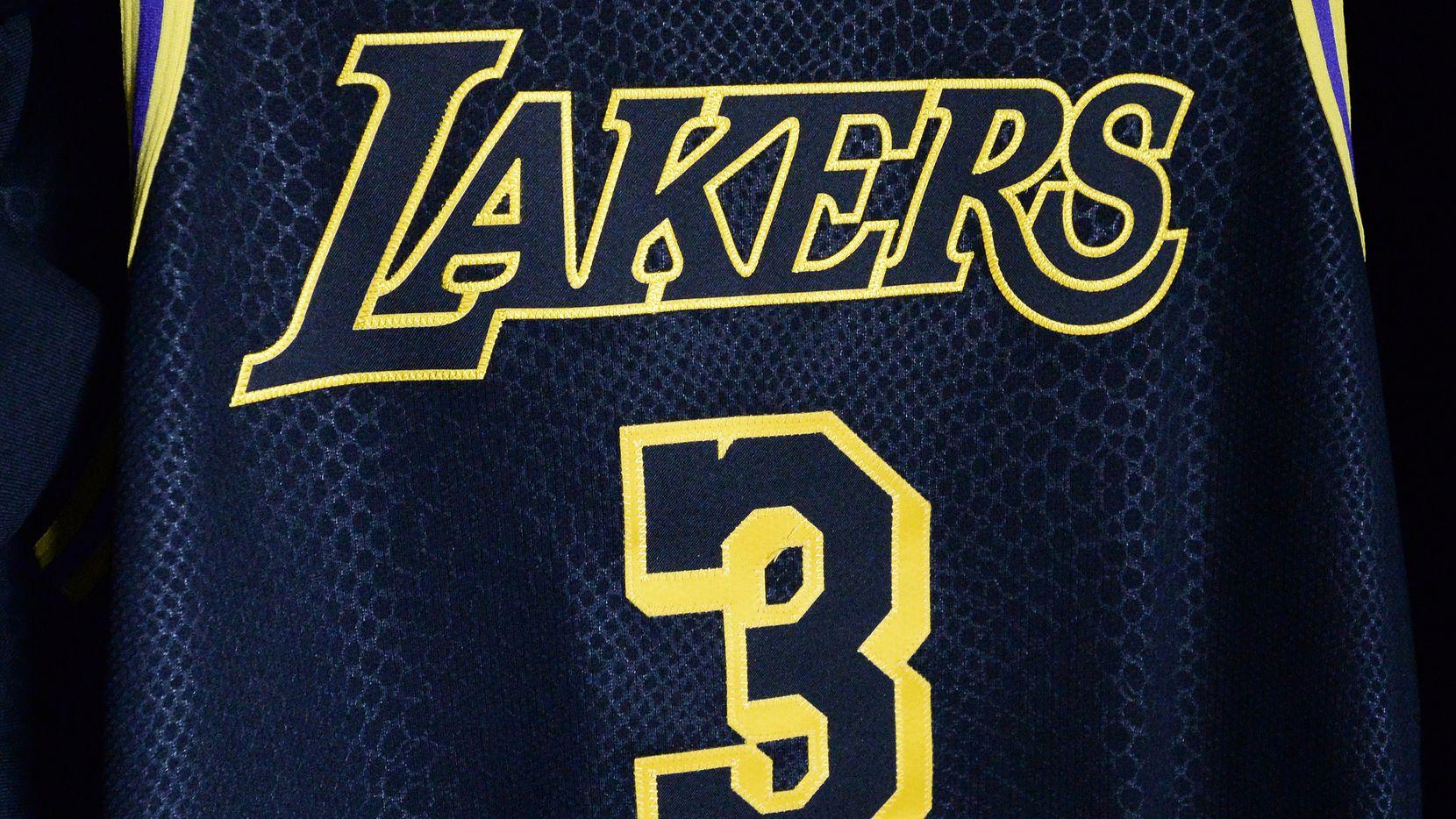 El uniforme de los Lakers de Los Ángeles diseñado por Kobe Bryant que Anthony Davis utilizará en el Juego 5 de la Final de la NBA ante el Miami Heat.