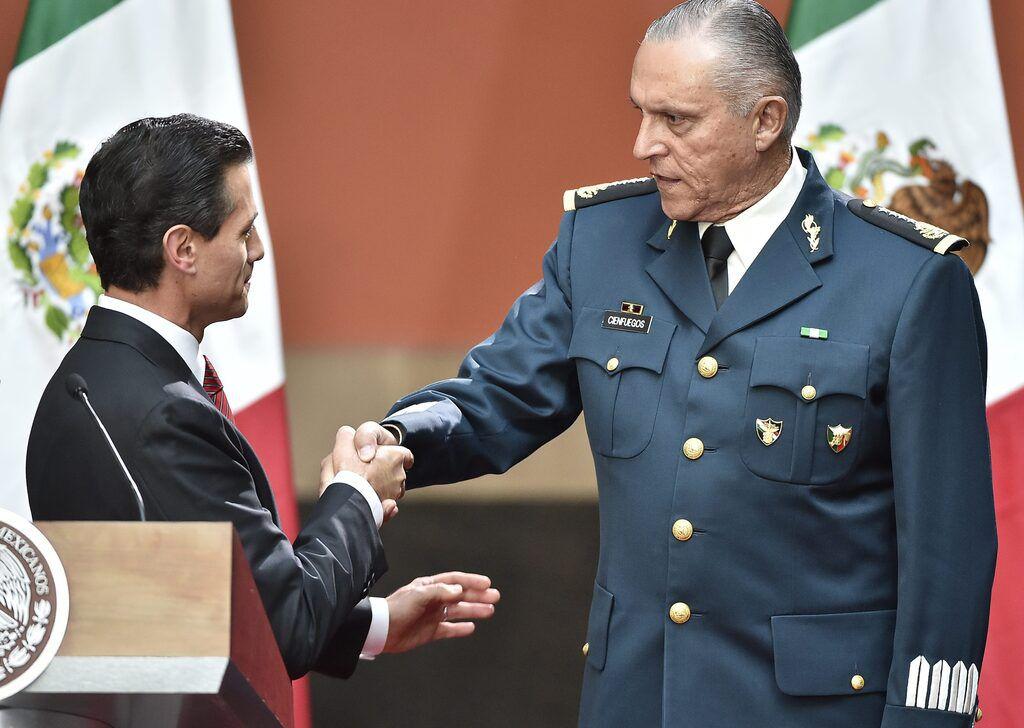 Salvador Cienfuegos (der.) fue secretario de Defensa Nacional en la administración del expresidente Enrique Peña Nieto (izq.). Fue detenido por la DEA en Los Angeles, California.