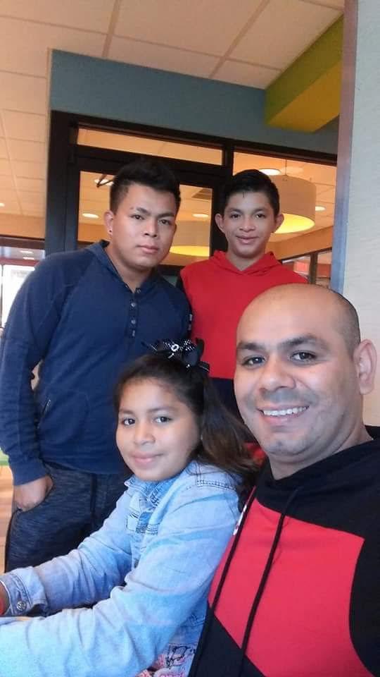 Mario Amaya (der.) es el único sostén familiar de sus tres hijos en Dallas. Fue deportado miércoles por ICE.