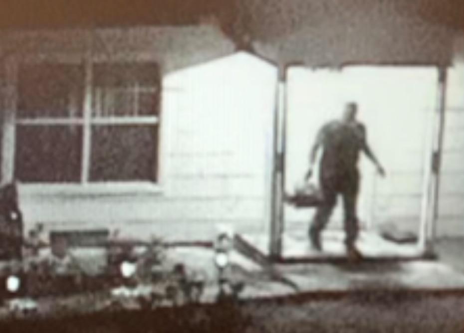 Los agentes del FBI documentaron que Islam y Yassein Said sacaron bolsas de basura de la casa en Justin.