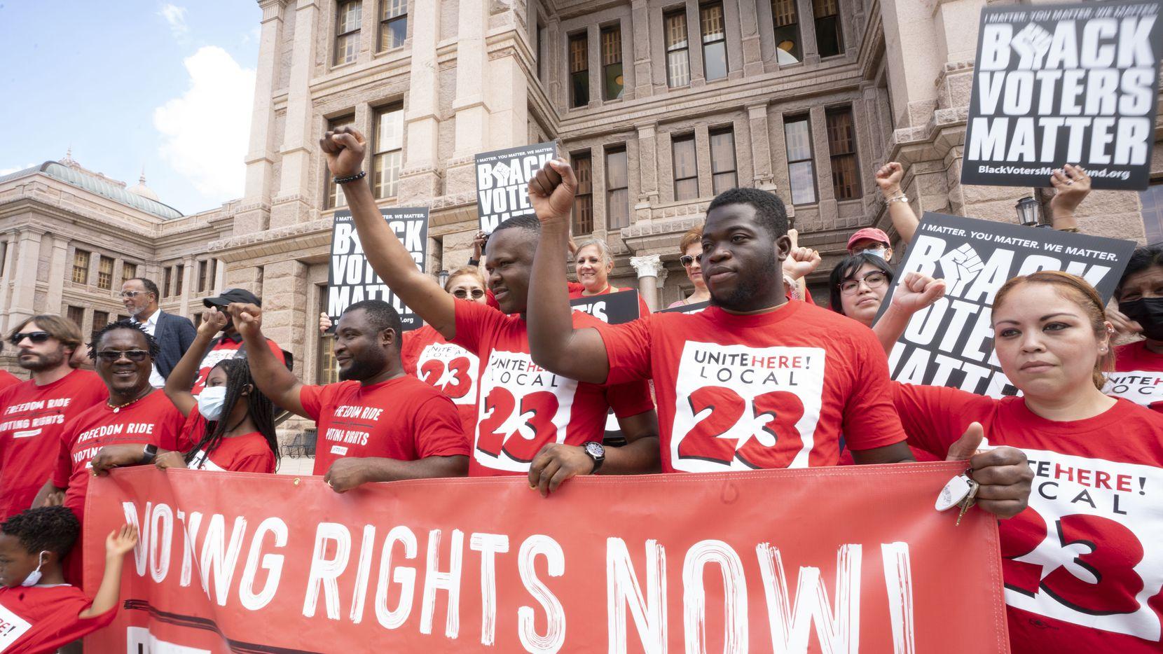 Varios manifestantes marcharon frente al Capitolio de Texas en favor del derecho al voto, el jueves 8 de julio de 2021, en Austin, Texas.