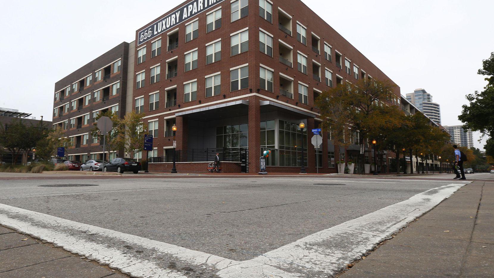 El exterior de los apartamentos 555 Ross Avenue. El costo de los alquileres aumentará este año, predicen. (DMN/NATHAN HUNSINGER)