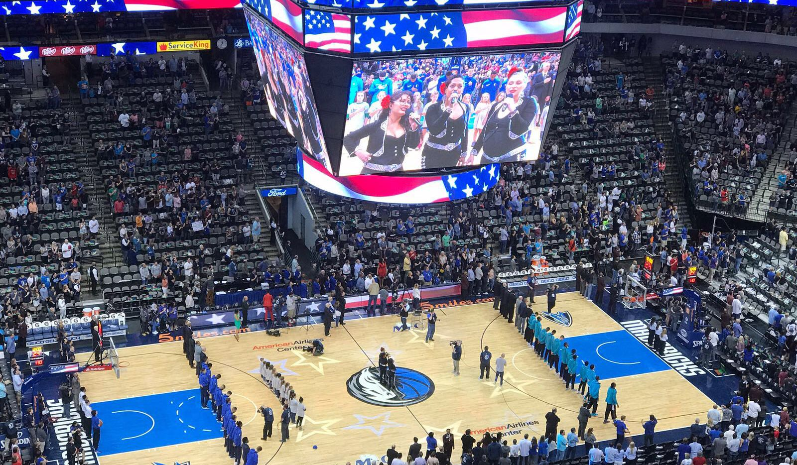 Mavericks celebran a los hispanos de Dallas en juego frente a Charlotte. Foto AL DÍA