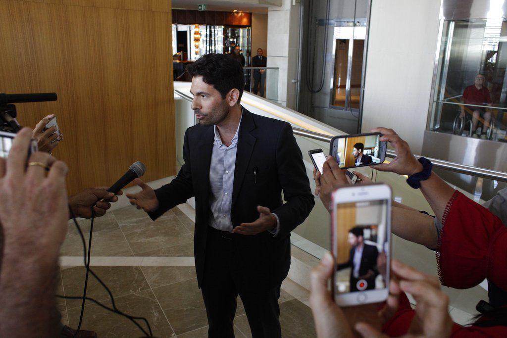 Orestes Fintiklis, un inversor de Miami que dirige Ithaca Capital, habla con los medios de comunicación en el lobby del hotel Trump Ocean Club International en la ciudad de Panamá, el lunes 5 de marzo de 2018. (AP Foto/Arnulfo Franco)